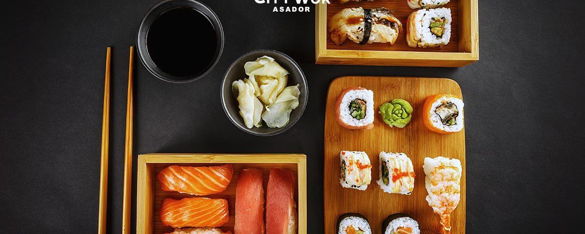 El origen del sushi, es verdad que es muy típico de la comida japonesa. Al igual que es muy popular en el extranjero. Por esto, te vamos a contar las diferentes variedades de sushi. La isla de Japón está rodeada de aguas muy ricas en plancton. Esto genera que tengan una gran variedad de pescados y mariscos. Contribuyendo a la excelencia de las diferentes variedades de sushi. Pero, por si no sabias originariamente, el sushi no es de Japón. Según datos históricos, las diferentes variedades de sushi comenzaron en el siglo II d.C. precisamente en China. Utilizaban un método de conservación. Al empezar cocían el arroz, mientras que el pescado se dejaba fermentar por un tiempo. Al principio sólo se comía el pescado. La palabra Sushi es de origen japonés y es la unión de dos palabras. Su significa vinagre y Shi-Meshi, Arroz. Es por ello que sushi se traduce como Arroz Avinagrado. Veamos su historia y las diferentes variedades de sushi que existen. Historia El tipo de arroz que se utiliza para las diferentes variedades de sushi se llama koshihikari. Tiene por característica ser un grano redondo, corto, dulce y con un alto contenido de almidón. Para trabajar correctamente este arroz, primero tenemos que quitarle el almidón, llevándolo de siete a ocho veces, hasta que el agua salga transparente. Luego iremos creando las diferentes variedades de sushi. Dentro del origen del sushi, sobre el siglo IV a.C. en el sureste asiático. La comida era conservada. El pescado se almacenaba en sal y se fermentaba el arroz. Una vez limpio el pescado, se metía en arroz para que la fermentación natural ayudara a la conservación del mismo. Esta clase de sushi se llama narezushi y entonces solo se comía el pescado y se tiraba el arroz. Con el transcurso del tiempo, sobre el siglo VIII d.C. esta forma de conservar las diferentes variedades de sushi llegó a Japón. Pero como los japoneses preferían comer arroz con pescado, comenzaron a consumirlo mientras el pescado estaba aún medio crudo y el arro
